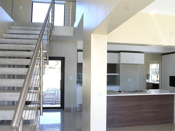 House in Silver Woods Estate - Open stylish staircase