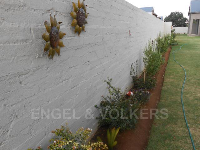 House in Bailliepark - Surrounding wall of complex
