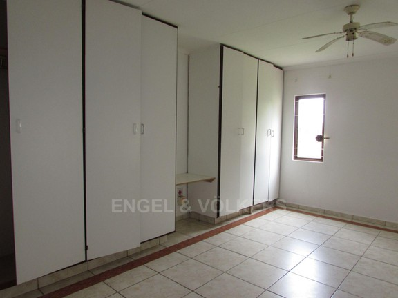 House in Uvongo - Bed room 1.JPG