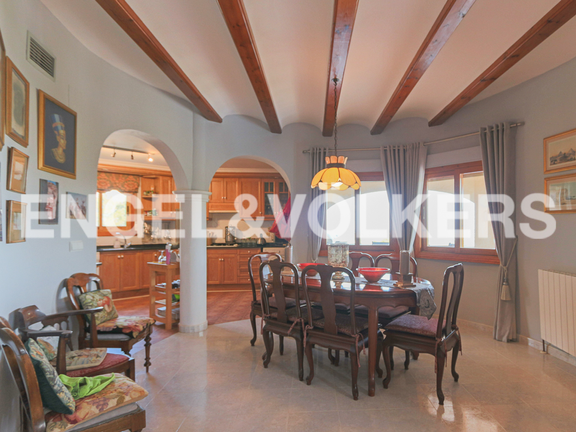 House in La Sella Golf - Dining room with open plan kitchen.