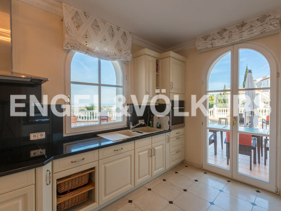 House in La Sella Golf - Kitchen with exit to pool & barbacue area.