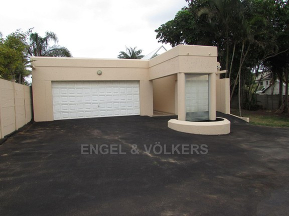 House in Uvongo - Three garages closed.JPG