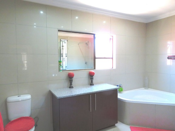 House in Ruimsig - Second bathroom
