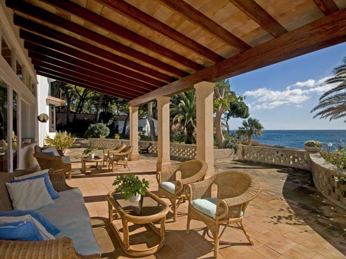 House with a terrace in Cala Ratjada at the sea.