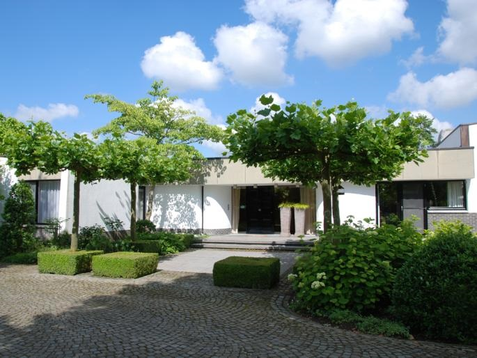 Driveway with view on a modern, timeless villa in Hasselt