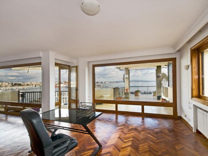 Penthouse with a terrace and a pool and a view on the harbour at the Paseo Maritimo
