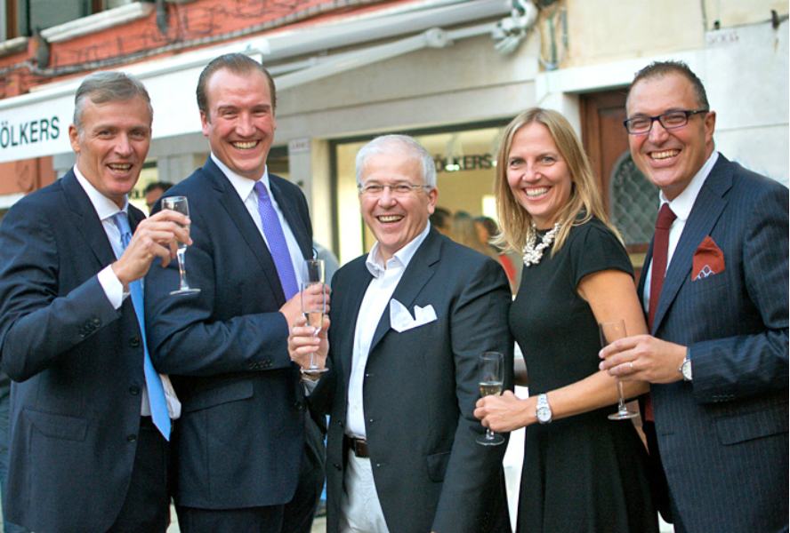 Licence Partners Massimo Lozza (middle) and Mauro Lozza (left) from E&V Venice celebrated the opening of their new shop together with Silke Dittrich, Marketing Director International, Philipp Niemann (2.f.l.), Managing Director of Engel & Völkers Residential GmbH, and Alessandro Lotito, Licence Partner from E&V Verese