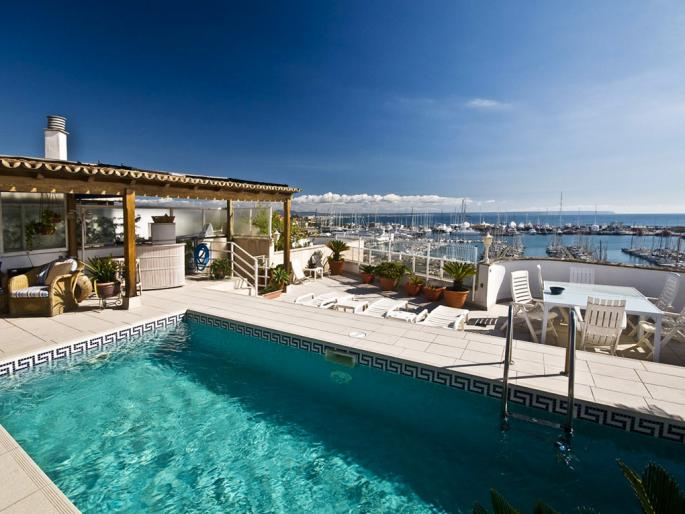 View of a villa with pool directly at Paseo Maritimo