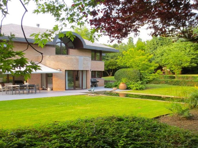 Superb and original villa in Brussels with landscaped garden and ecological water basin