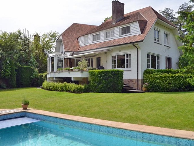 Front View of a spacious villa in Kortrijk overlooking the outdoor pool and landscaped garden