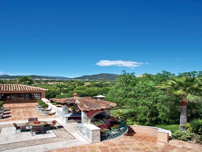 Villa in Santa Ponsa with a generous terrace directly at the golf course