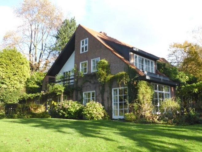 Garden of a spacious house in Uccle with a large territory to relax on