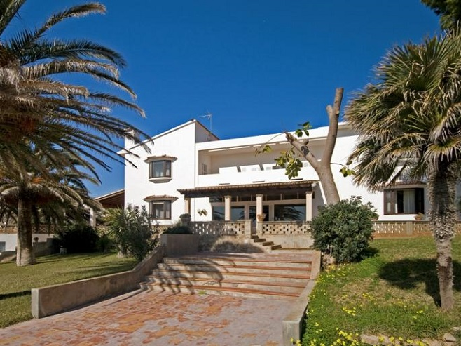 Property with lots of palm trees in Cala Ratjada