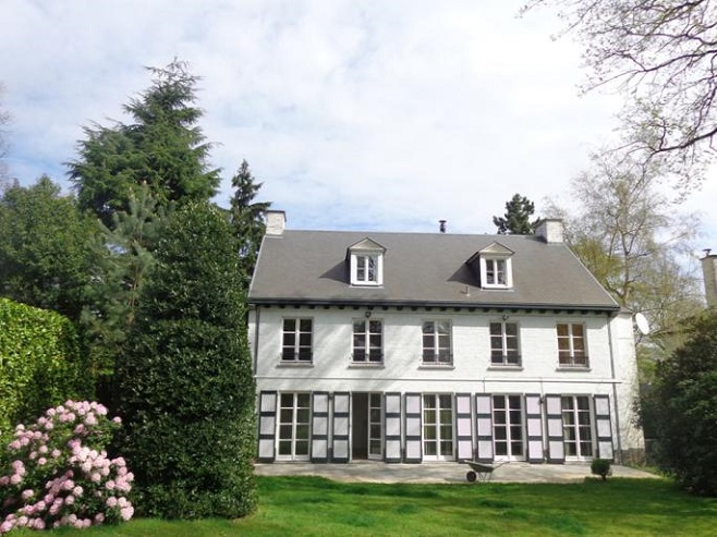 Front view of a spacious villa in Ixelles with a large territory