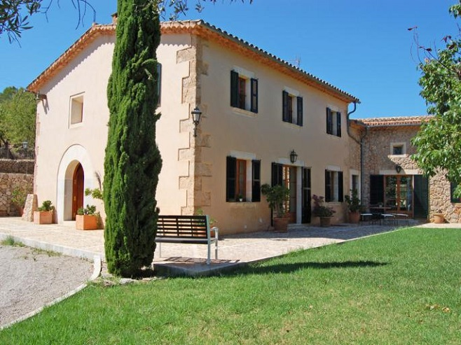 Traditional finca in Alaró surrounded by nature