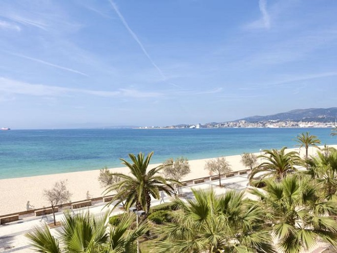 Property overlooking the beach and sea in Portixol