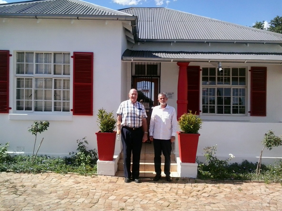 EV Potchefstroom is expanding and will now be operating from the former TG Krüger office as well. Theuns Krüger from TG Kruger Property Group and Carl Venter, License Partner of EV Potchefstroom who has taken over TG Krüger's rental division.