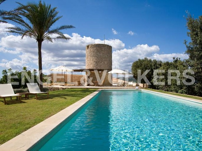 Property with pool and large estate (Artá)