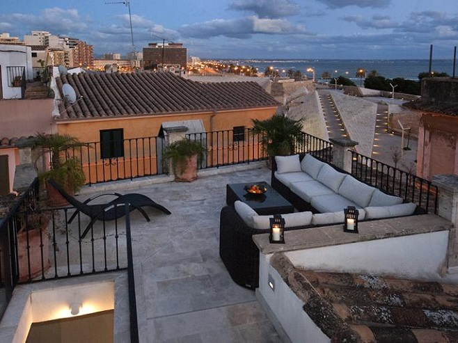 Property with roof terrace at night (Palma de Mallorca)