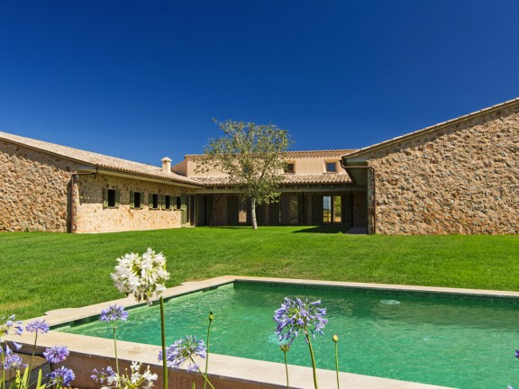 Impressive finca in the last construction phase (Santa Maria)