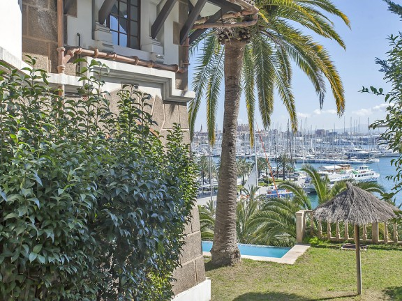 Property with beautiful garden and a sea view (Paseo Maritimo)