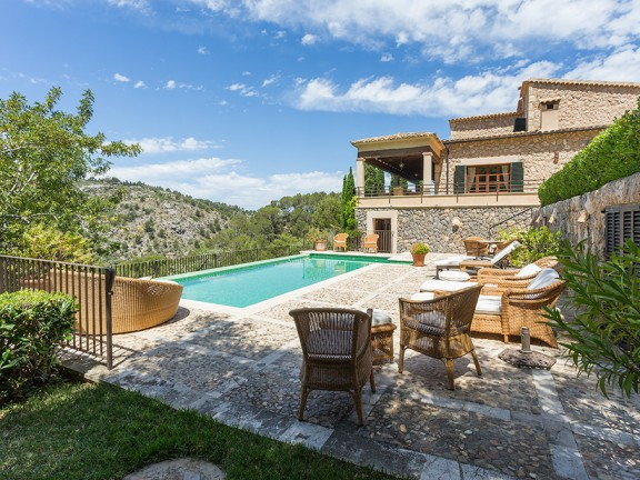 House with large plot (Deià)